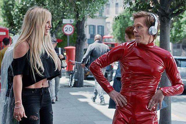 """Кевин Бейкон """"украл"""" латексный костюм Бритни Спирс из клипа Ooops!.. I Did it Again: звезды в рекламе Apple Music"""