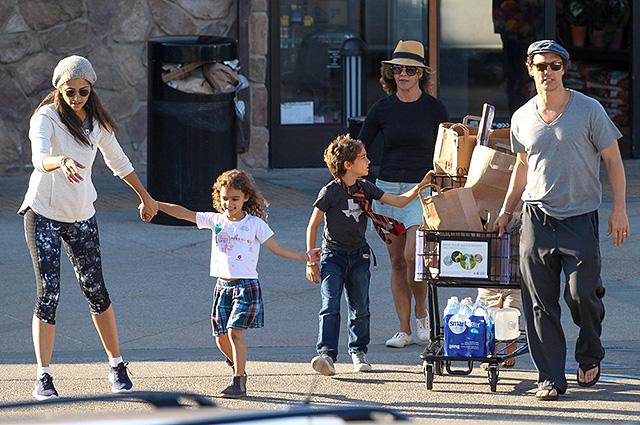 Семейный шопинг: Мэттью МакКонахи возвращается из магазина с женой Камиллой Алвис и детьми