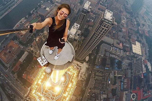 СМИ: 23-летняя руферша из Москвы делает самые опасные селфи в мире