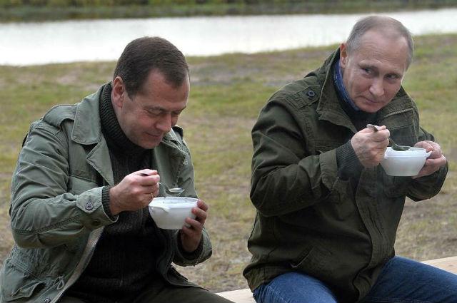 """В Сети появилось видео """"рыбацких"""" каникул Путина и Медведева"""