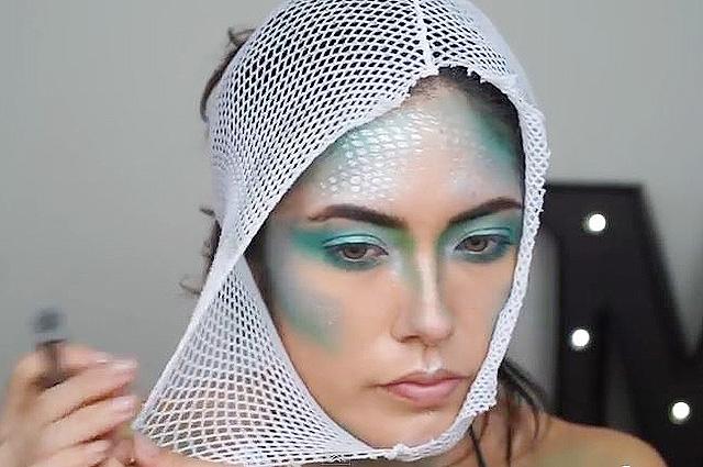 Все, что под руку попало: как сделать карнавальный макияж с помощью сетки от мочалки, дуршлага и не только