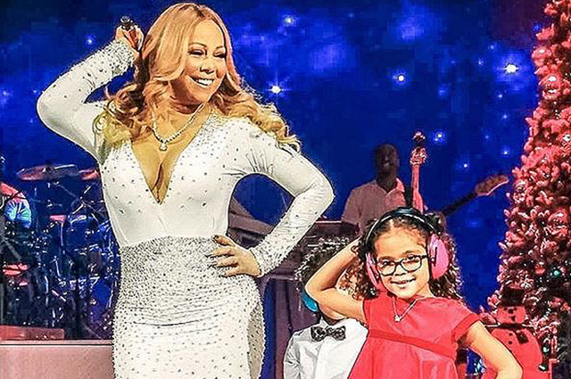 Подражая маме: Мэрайя Кэри вышла на сцену со своими детьми