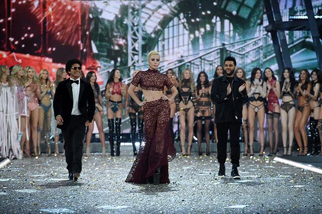 Показ Victoria's Secret-2016: Ирина Шейк, Леди Гага и другие звезды на подиуме в Париже