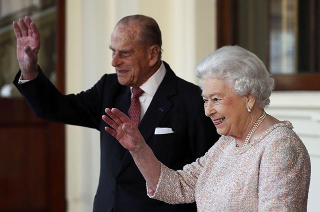 Союз нерушимый: новое официальное фото королевы Елизаветы II и принца Чарльза