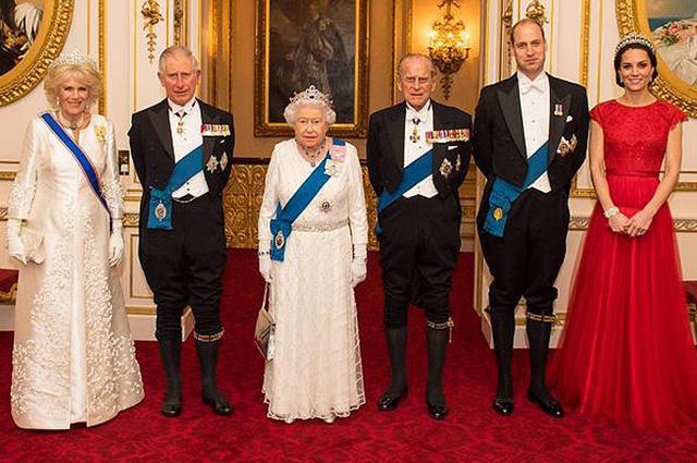 Живые ели, гирлянды и короны: как Букингемский дворец украшают к Рождеству