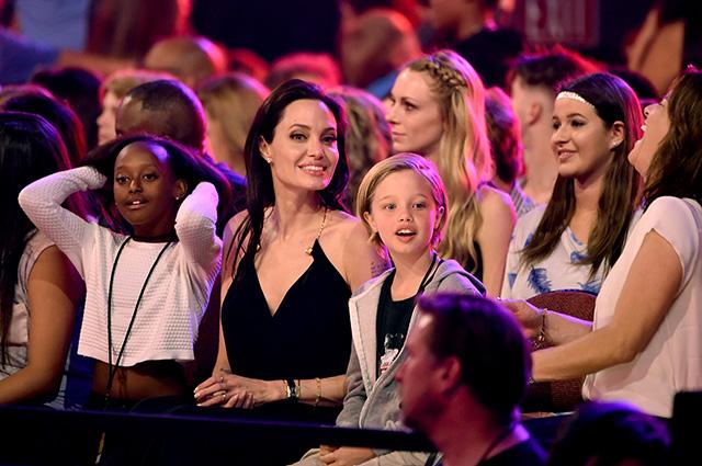 Анджелина Джоли с детьми отпраздновала Новый год без Брэда Питта в Колорадо