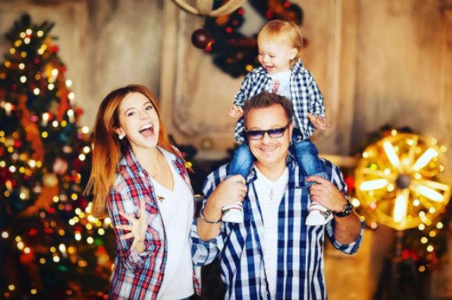 Наталья Подольская поделилась праздничным фото с мужем Владимиром Пресняковым и их сыном Темой
