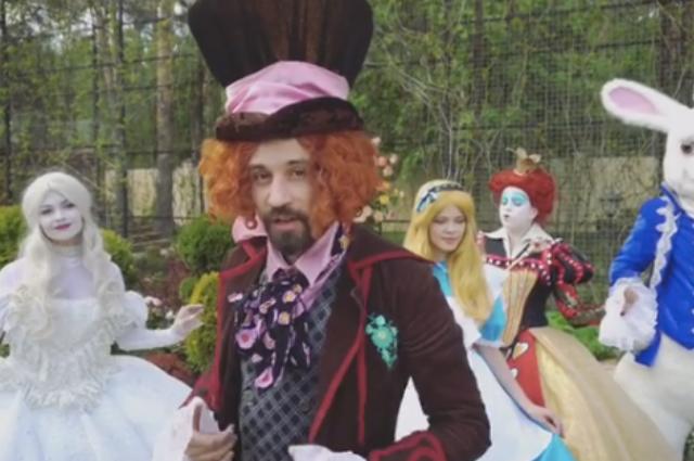 Дима Билан в образе шляпника поддержал благотворительный аукцион Елены Перминовой