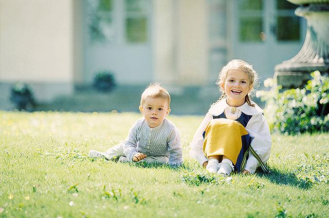 Королевский дворец Швеции опубликовал новые фото принцессы Эстель и принца Оскара