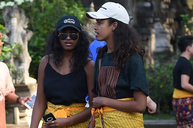 Саша и Малия Обама примерили традиционную индонезийскую одежду во время отдыха на Бали