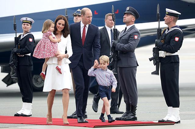 Кейт Миддлтон и принц Уильям с детьми прилетели в Польшу