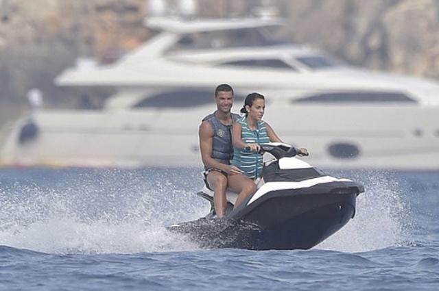 Криштиану Роналду и его возлюбленная Джорджина Родригез осваивают водные виды спорта в Испании
