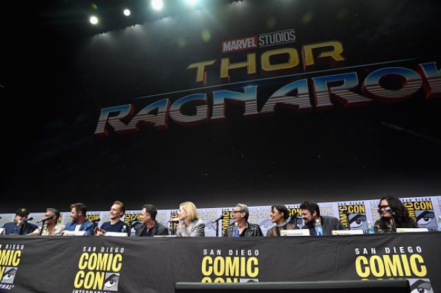 Шарлиз Терон, Кейт Бланшетт, Крис Хемсворт, Бен Аффлек и много других звезд на фестивале Comic-Con в Сан-Диего