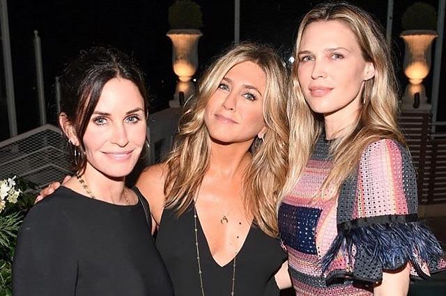 Дженнифер Энистон и Кортни Кокс стали гостьями модной презентации в Голливуде