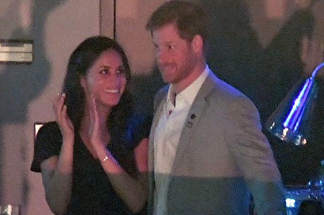 Поцелуи принца Гарри и Меган Маркл на церемонии закрытия Invictus Games были запечатлены папарацци: фото