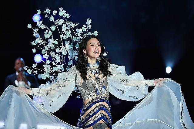 """Падший """"ангел"""": китайская модель Мин Си упала во время шоу Victoria's Secret-2017 (видео)"""