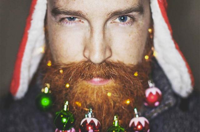 Праздник к нам приходит: мужчины уже украшают бороды шариками и гирляндами