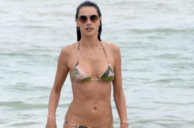 Алессандра Амбросио строго следит за фигурой даже во время отпуска: новые фото модели