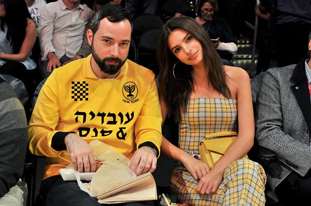 Все оттенки желтого: Эмили Ратажковски с другом на баскетбольном матче