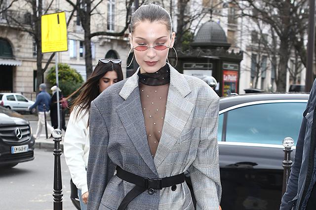 Уличный стиль знаменитости: Белла Хадид в прозрачном платье, пиджаке и кроссовках в Париже