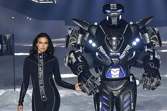 Ирина Шейк под руку с роботом на шоу Philipp Plein в Нью-Йорке