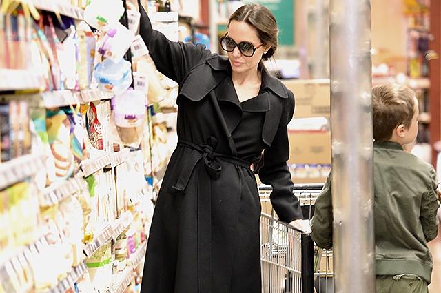 Анджелина Джоли сходила с детьми за продуктами в Лос-Анджелесе