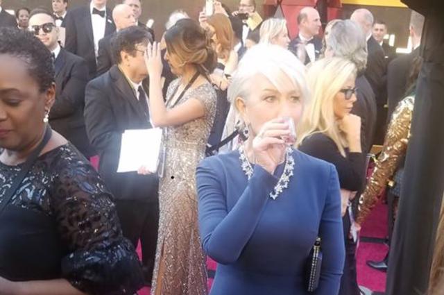 """Королева с текилой: Хелен Миррен выпила прямо на красной дорожке """"Оскара-2018"""""""