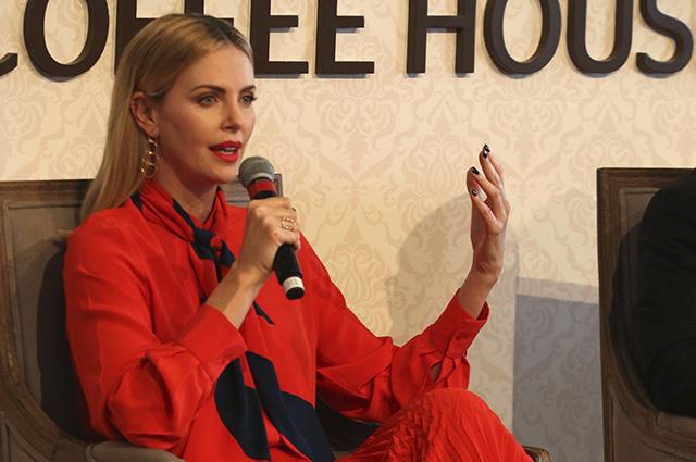 Шарлиз Терон в ярком образе выступила на форуме по вопросам образования в Дубае