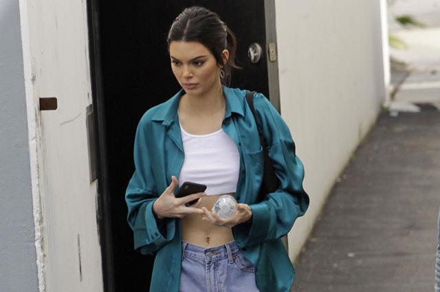 Уличный стиль знаменитости: Кендалл Дженнер в рваных джинсах и коротком топе в Лос-Анджелесе