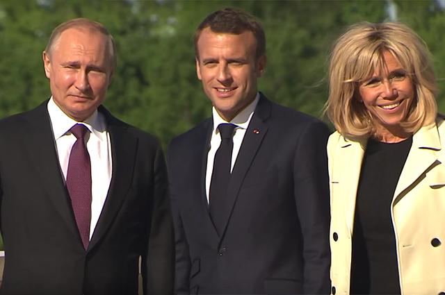 Эммануэль и Брижит Макрон встретились с Владимиром Путиным в Санкт-Петербурге