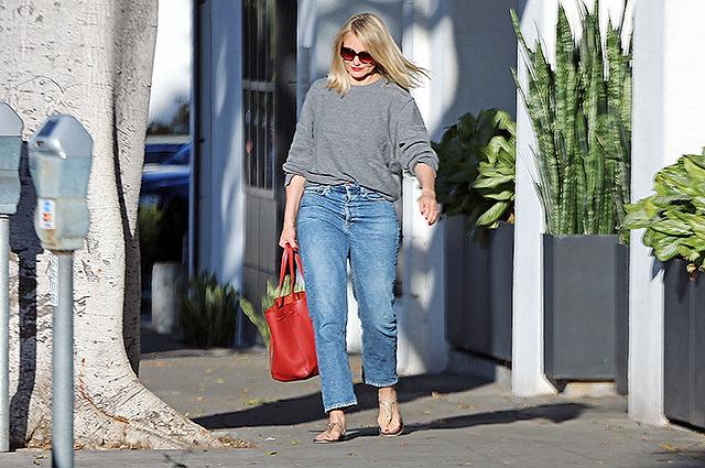 Кэмерон Диас в удобном джемпере и джинсах сходила в салон красоты