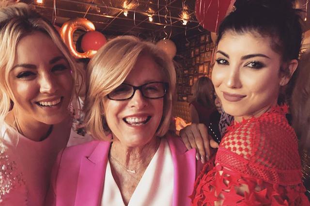 Кейли Куоко отметила девичник: райская тематика, розовые наряды и зажигательные танцы с мамой