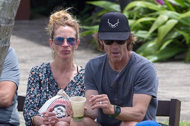Пикник под пальмой: Джулия Робертс с семьей отдыхает на Гавайях