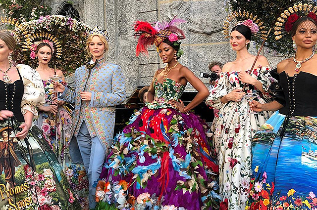 Ева Герцигова, Наоми Кэмпбелл, Хелена Кристенсен, Китти Спенсер и другие на показе Dolce & Gabbana Alta Moda в Комо