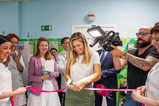 Сияющая от счастья Вера Брежнева приняла участие в благотворительной акции: фото