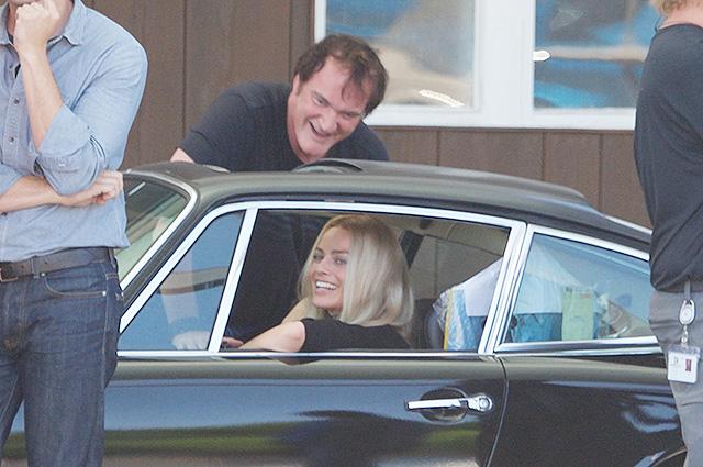 """Марго Робби и Квентин Тарантино повеселились на съемочной площадке нового фильма """"Однажды в Голливуде"""""""