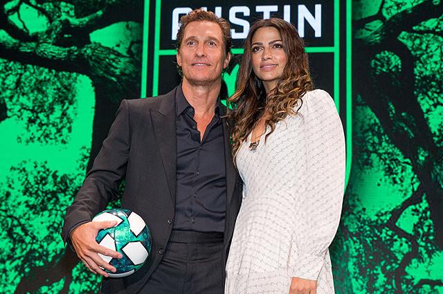 Мэттью Макконахи и Камила Алвес с детьми на пресс-конференции по случаю нового спортивного проекта актера