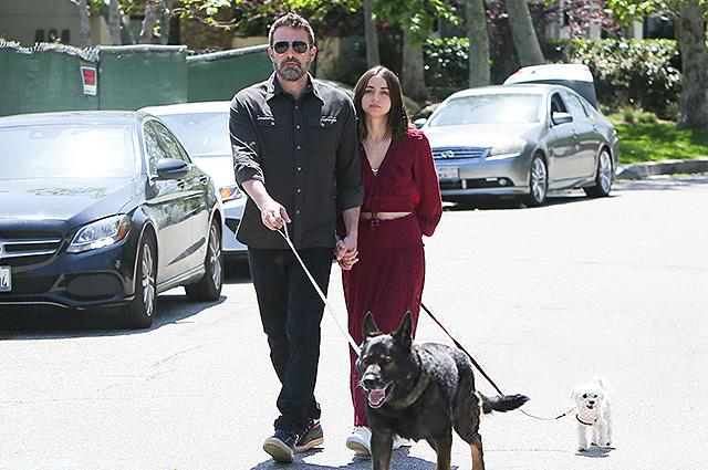 Бен Аффлек и Ана де Армас на прогулке в Санта-Монике: новые фото пары