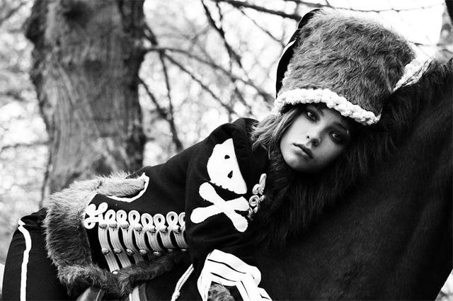 Гусар смерти: Алеся Кафельникова приняла участие в исторической фотосессии