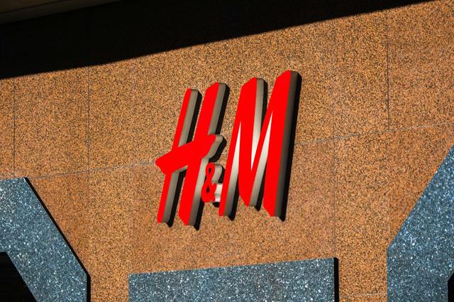 H&M уличили в обмане: собранные для переработки вещи продают оптом в Подмосковье