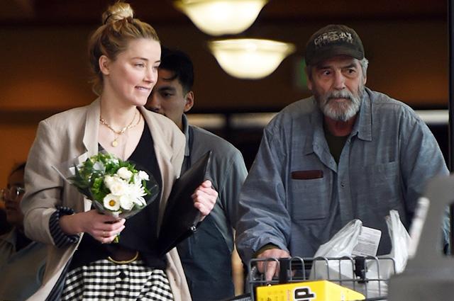 Скандалы нипочем: Эмбер Херд вместе с отцом на шопинге в Лос-Анджелесе