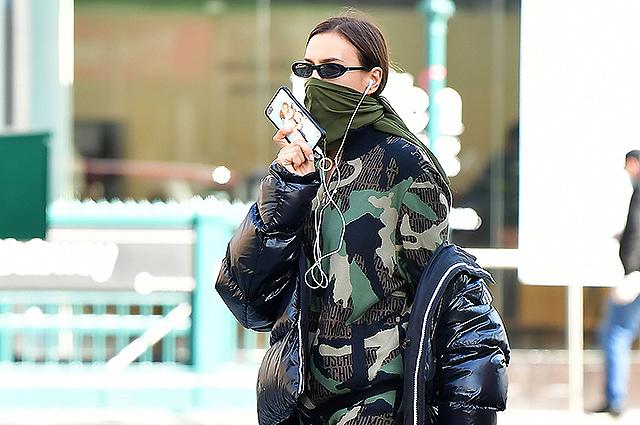 Полностью защищена: Ирина Шейк в камуфляжном комбинезоне на улице Нью-Йорка