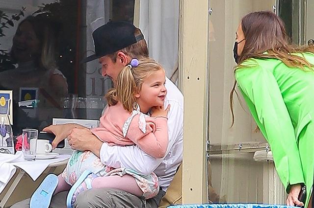 Мама, папа, я: Ирина Шейк и Брэдли Купер воссоединились на прогулке с дочерью Леей