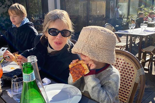 Семейные завтраки и прогулки: Наталья Водянова опубликовала новую серию снимков с детьми